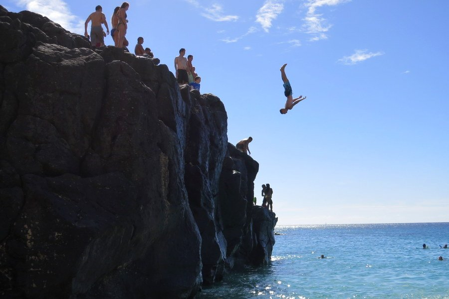 cliff jumping in oahu, hawaii | @projectinspo